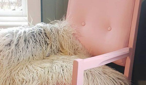 rosa stol malt med kalkmaling