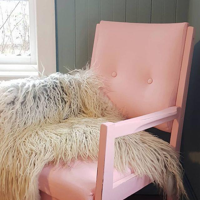 Stol malt med Pink Ising